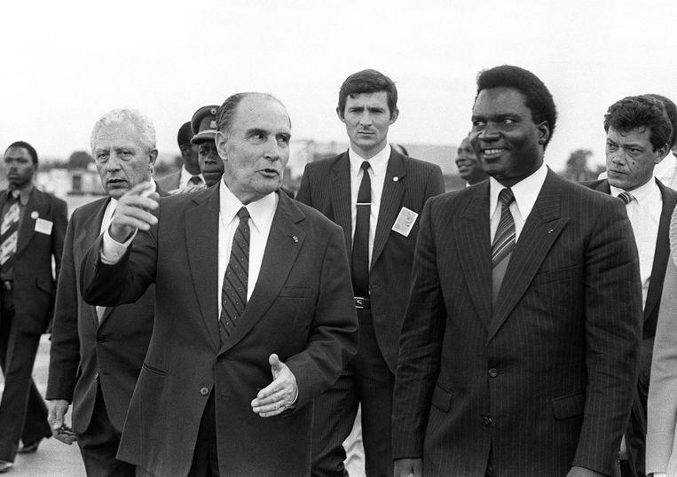 De Franse president François Mitterand in gesprek met zijn Rwandese ambtsgenoot Juvenal Habyarimana bij zijn aankomst in Kigali op 10 december 1984. Beeld AFP