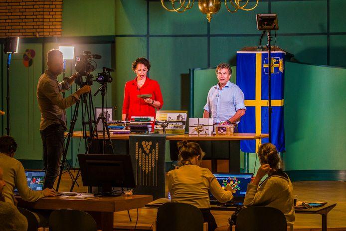 De presentatoren Riëtte Kruize en Henk Winkelhuis stelden de vragen in de Hofkerk.