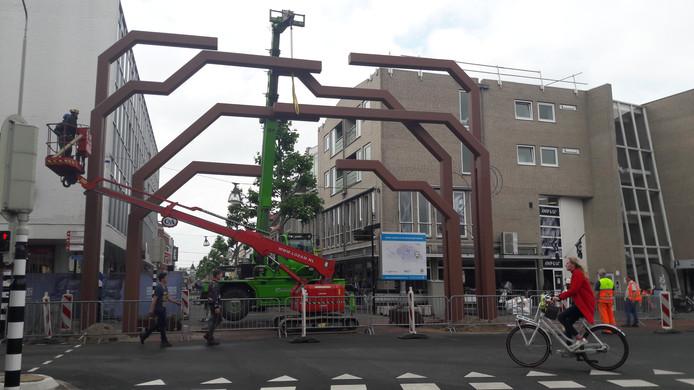 De constructie die de groene poort moet worden op de kop van de Hamburgerstraat in Doetinchem.