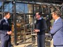 CDA-lijsttrekker Wobke Hoekstra (links) in gesprek met Stefan en Frank van de Ven (midden en rechts).