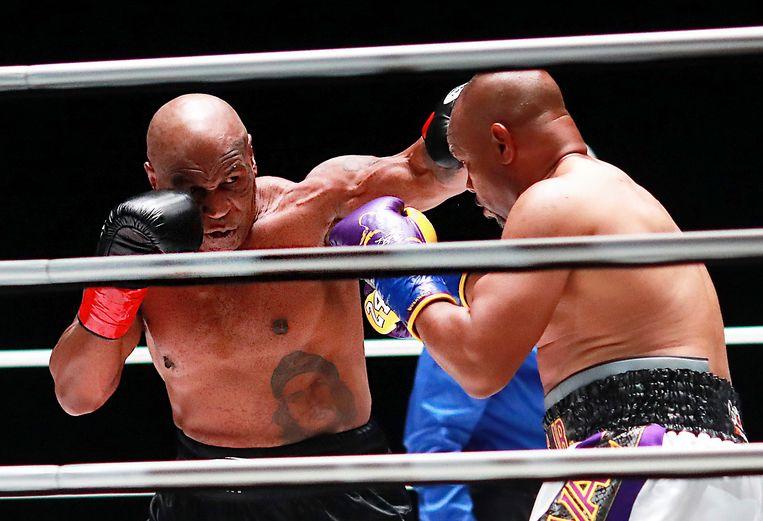 Mike Tyson (54) in gevecht met Roy Jones Jr.(51)  De demonstratiepartij tussen de twee oudgedienden ging zaterdag over acht ronden van 2 minuten en eindigde onbeslist. Beeld AP