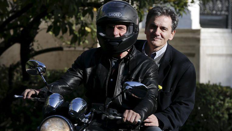 Yanis Varoufakis met zijn vervanger Euclides Tsakalotos achterop de motor. Beeld REUTERS
