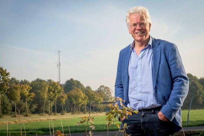 Henk Leever vecht tegen de komst van een telefonieantenne aan de Dennenweg.