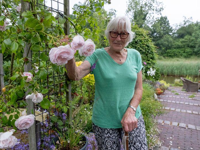 """Trienke Wams in haar tuin in Middelburg.  ,,Werk hier elke dag zo'n vier tot vijf uur. Maar het is leuk werk."""""""