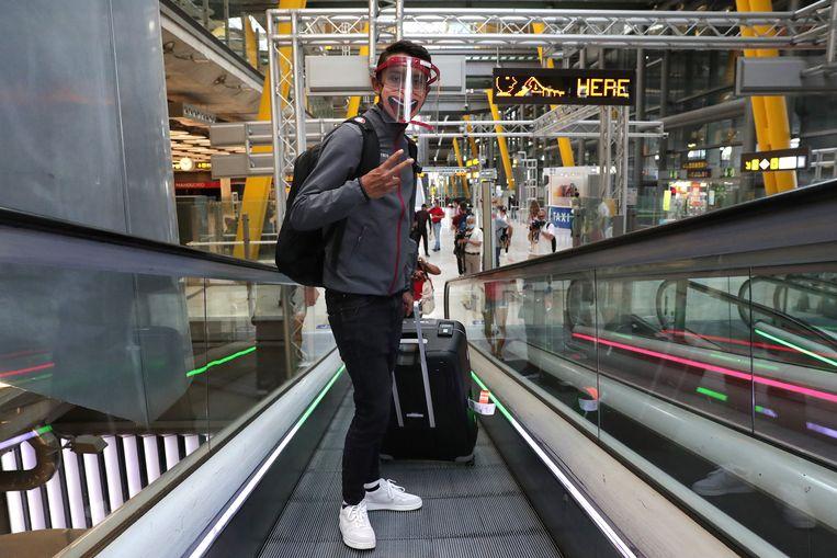 Wegwielrenner Egan Bernal van het Colombiaanse team INEOS op het vliegveld in Madrid.  Beeld Getty Images