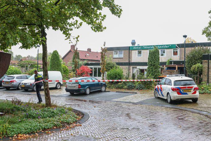 Politie bij Hotel Noordoostpolder in Bant waar vorige week een vechtpartij plaatsvond.
