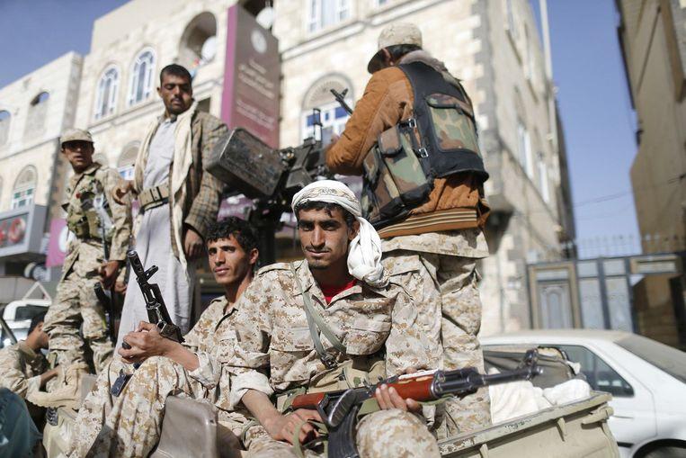 Houthi-rebellen patrouilleren door de straten van Sanaa. Beeld reuters
