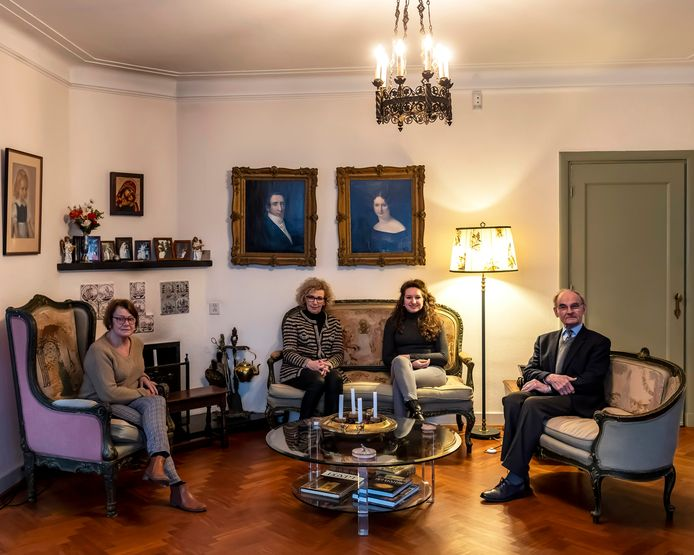 Frans Alting von Geusau verzet zich met medeparochianen (vlnr) Joke Hoekman, Hannelore de Bresser en Carolijn de Bresser tegen sluiting van de Joanneskerk in Oisterwijk.