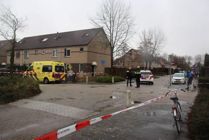 Hulpdiensten bij de woning in Lelystad waar vanmiddag een schietincident plaatsvond.