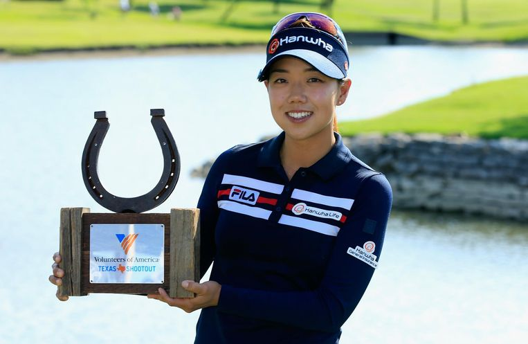 IRVING, TX - MAY 01: Jenny Shin poses with the trophy after her two-stroke victory at the Volunteers of America Texas Shootout at Las Colinas Country Club on May 1, 2016 in Irving, Texas. (Photo by Scott Halleran/Getty Images) Beeld Getty Images