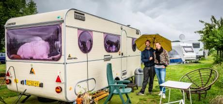 Met drie setjes kleren op camping Polderflora: Spaanse droom van Boudewijn en Eva valt tijdelijk in het water