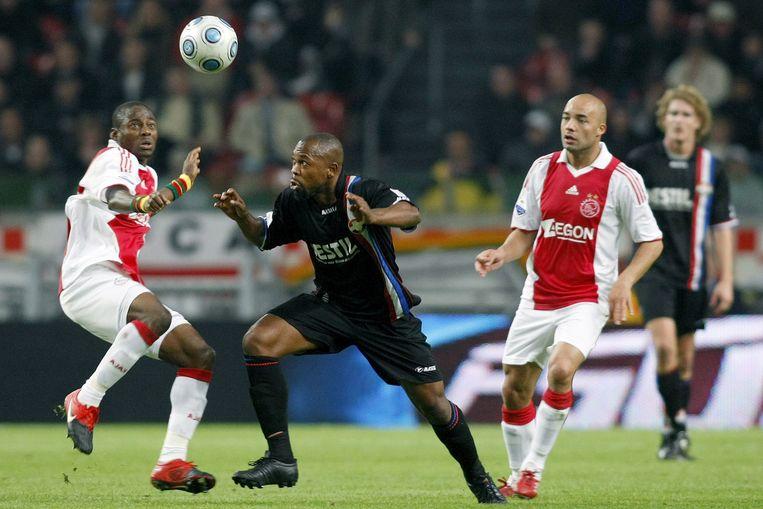 Oktober 2009: Willem II-middenvelder Kargbo in duel met Enoh (Ajax), De Zeeuw kijkt toe. Beeld Toin Damen