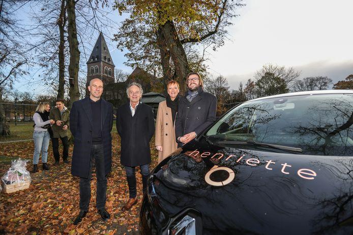 Waarnemend burgemeester Marleen Kauffmann met de projectontwikkelaar aan de Renault ZOE.