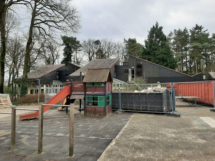Dit pand aan de Luttenbergerweg in Hellendoorn wordt verbouwd tot een kleinschalige opvang voor maximaal 14 mannen met een verstandelijke beperking. De geruchten dat hier een gesloten inrichting komt blijken niet te kloppen.