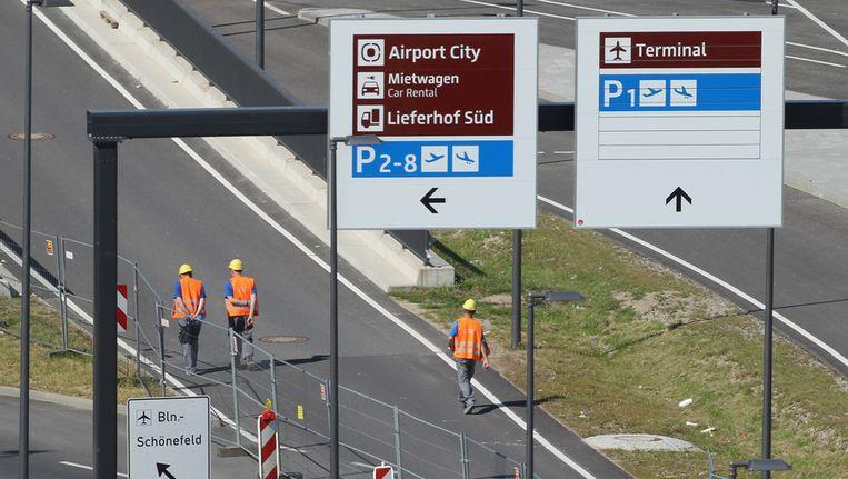 Arbeiders op de inrit van de Willy-Brandt-Flughaven. Beeld getty