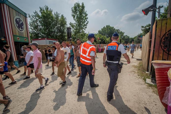 Des policiers patrouillent dans les allées de Tomorrowland.