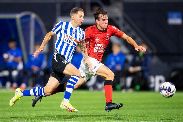 Joey Sleegers (l) vecht namens FC Eindhoven een voetbalgevecht uit met Helmond Sport-verdediger Boyd Reith.