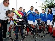 Lichtbrigade zorgt dat voetbaljeugd veilig naar huis fietst