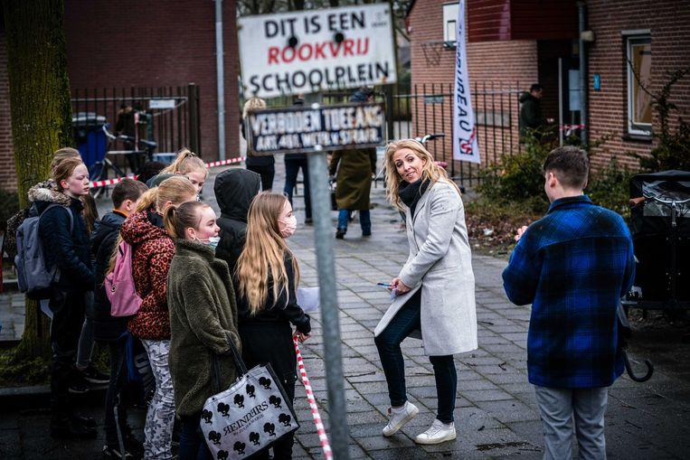 SP-lijsttrekker Lilian Marijnissen deelt handtekeningen uit na het uitbrengen van haar stem voor de Tweede Kamerverkiezingen in basisschool De Korenaer in Oss, woensdagochtend. Beeld ANP