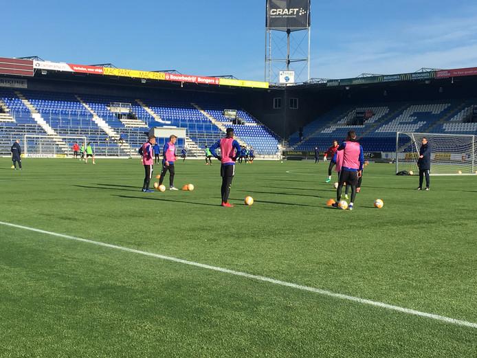 PEC Zwolle-trainer Jaap Stam kan voor het uitduel met Heerenveen over een fitte selectie beschikken.