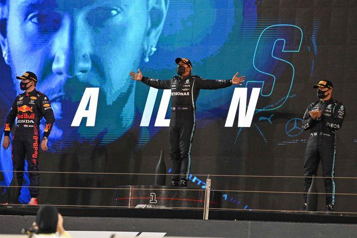 Na een bloedstollend gevecht staat Lewis Hamilton uiteindelijk toch op het hoogste treetje.