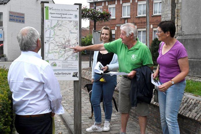 De vernieuwde wandelroutes in Iddergem werden voorgesteld.