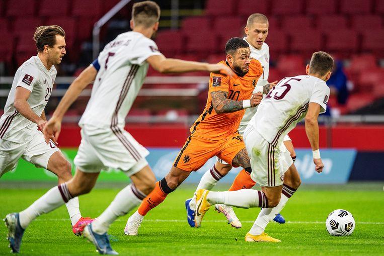 Memphis Depay wordt omringd door vier Letten. Letland werd bijna de hele wedstrijd in de verdediging gedrukt, maar kreeg slechts twee tegendoelpunten. Beeld Guus Dubbelman / de Volkskrant