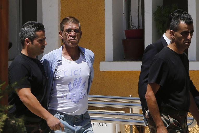 De kaper van de vlucht van EgyptAir in maart van dit jaar wordt naar de rechtbank gebracht. Beeld ap