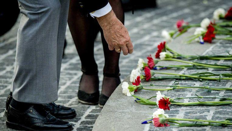 Veteranen leggen bloemen bij het monument op de Dam. Beeld anp