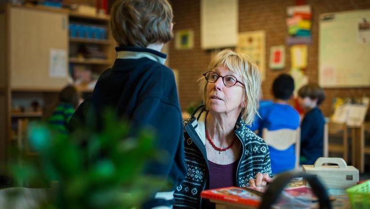 Mariëlla Klooster is al met pensioen, maar desondanks staat ze gewoon weer voor de klas bij basisschool De Pinksterbloem Beeld Mats van Soolingen