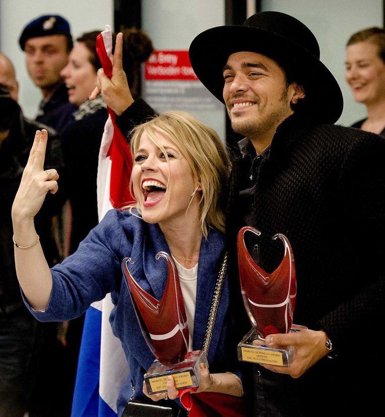 2014-05-11 SCHIPHOL - Ilse DeLange en Waylon reageren enthousiast bij aankomst op Schiphol. Het duo bereikte als The Common Linnets de tweede plaats bij het Eurovisie Songfestival in Kopenhagen. ANP KIPPA ROBIN VAN LONKHUIJSEN Beeld ANP Kippa