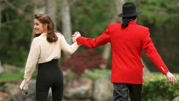 Een foto uit 1995 van Michael Jackson met zijn toenmalige vrouw Lisa Marie Presley, de dochter van Elvis Presley. (AFP) Beeld