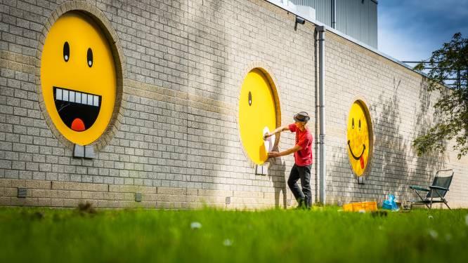 Reuze-smileys fleuren Develhal op: 'Iedereen die hier langskomt wordt meteen vrolijk'