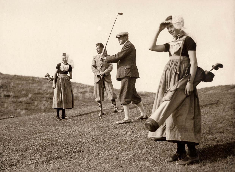 Golfen met meisjes in klederdracht als caddy's, begin jaren '30.