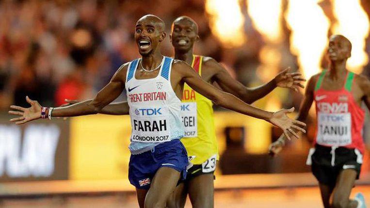 Mo Farah viert zijn overwinning op de 10.000 meter. Beeld null