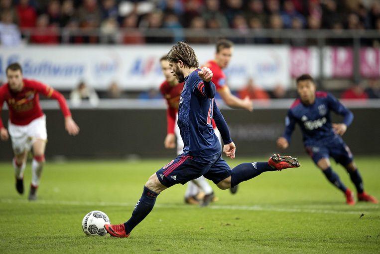 Aanvoerder Schöne gaat Ajax vanaf de strafschopstip naar de overwinning op AZ schieten. Beeld ANP
