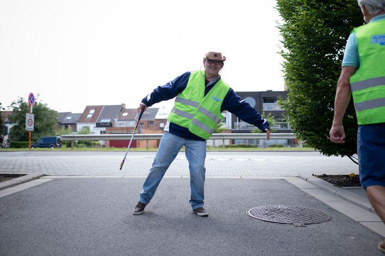 Mensen met een beperking rapen zwerfvuil op de Ragheno-site in Mechelen.