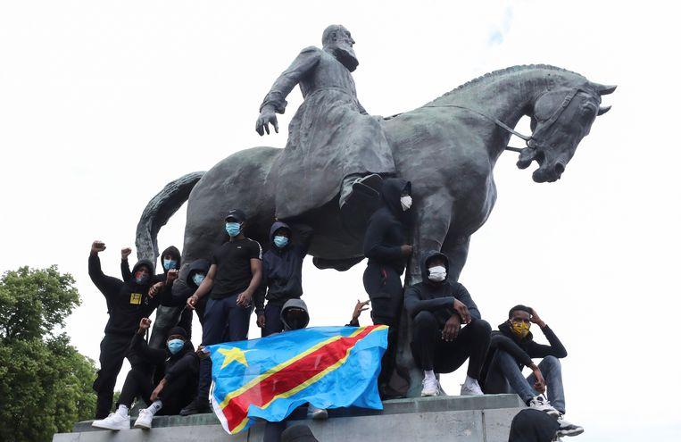 Protest aan het standbeeld van Leopold II in Brussel. Beeld REUTERS