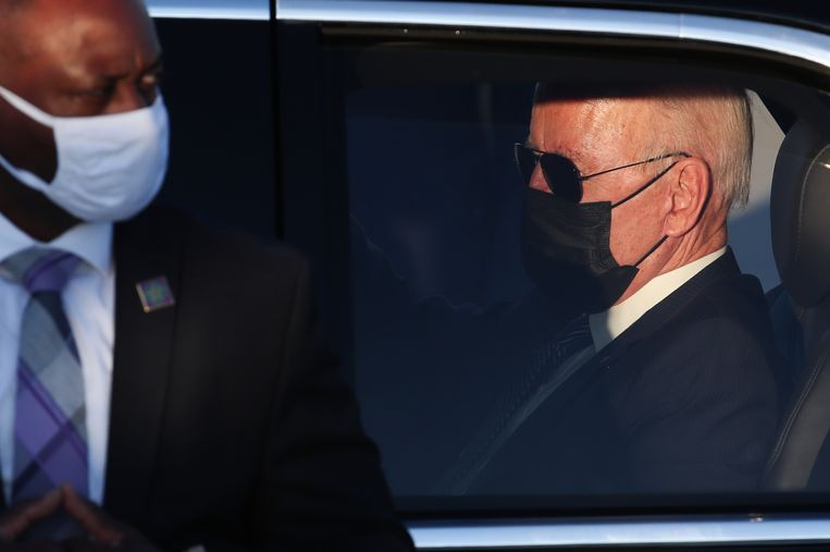 President Joe Biden neemt plaats in 'The Beast' kort na zijn aankomst in Melsbroek. Beeld EPA