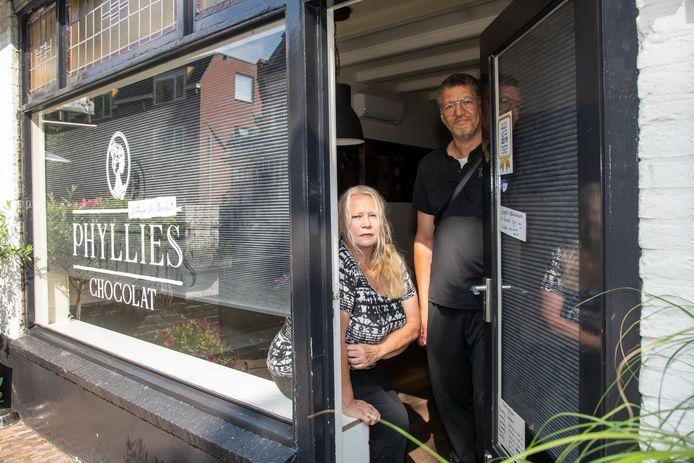 Phyllis en Edgar Buijsman moeten de deur Phyllies Boutique de Chocolat in Nunspeet voorlopig gesloten houden.