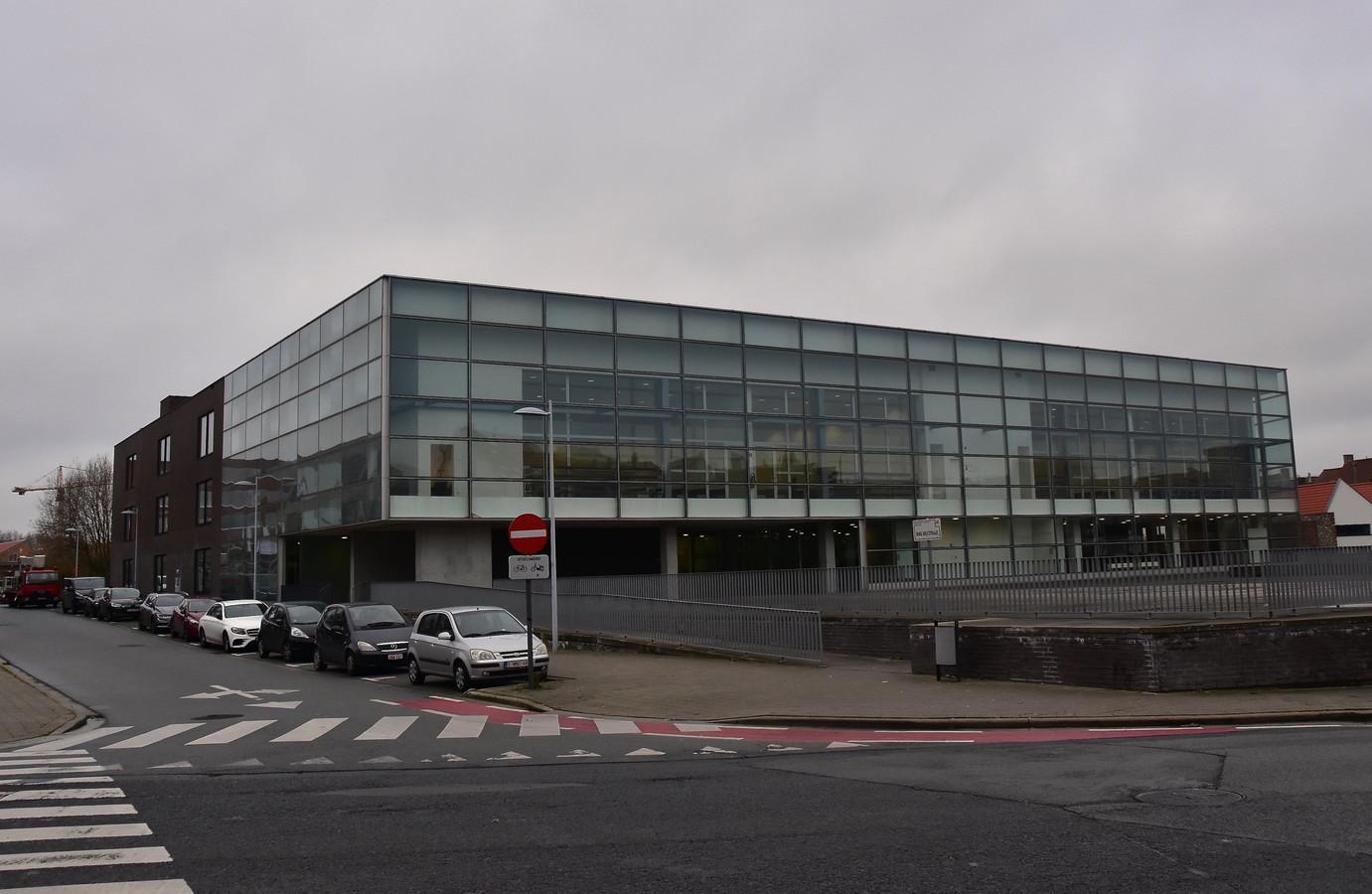 Het gebouw waarin de Kortrijkse politierechtbank is gevestigd.