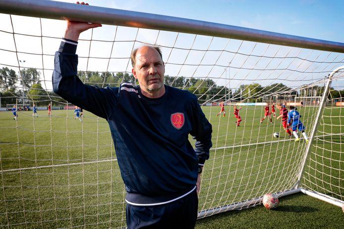 Ed de Goeij als keeperstrainer bij het Rotterdamse VOC in 2018.