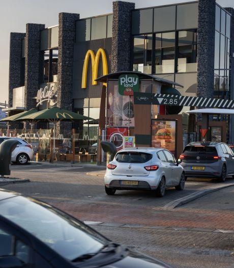 Verkeerschaos in Kampen: file voor McDrive zorgt voor blokkade, McDonalds wijst naar 'dramatische' rotonde