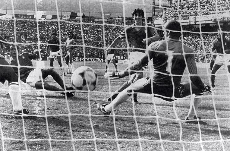 Paolo Rossi (midden) maakt zijn derde goal in het spectaculaire duel met Brazilië op het WK van 1982. Italië wint met 3-2 en gaat door naar de halve finale, Brazilië is uitgeschakeld. Beeld AFP