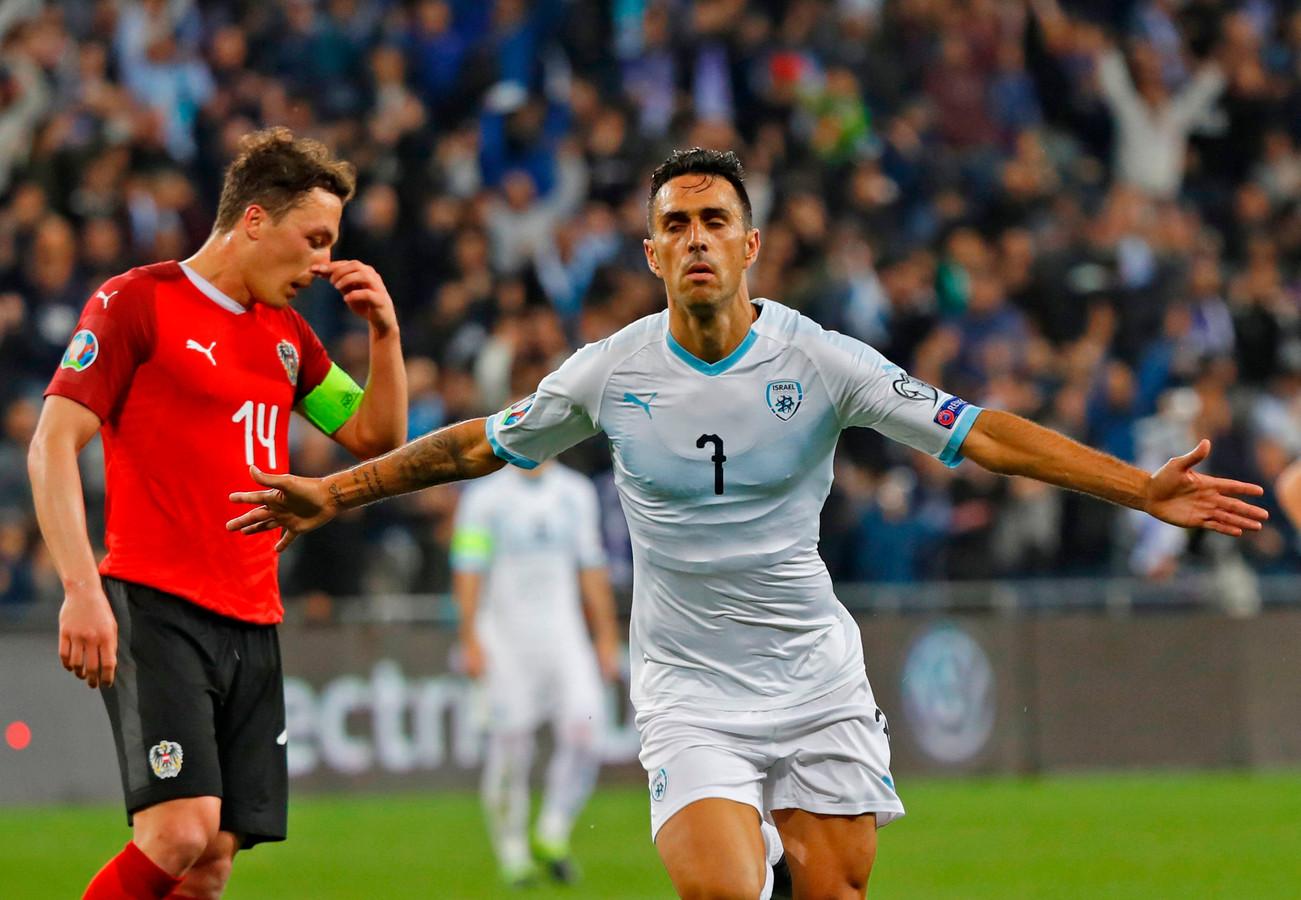Eran Zahavi juicht nadat hij namens Israël een hattrick heeft gemaakt tegen Oostenrijk.