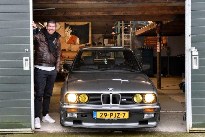 Stefan Gulik met de beschadigde BMW.