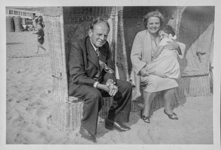 Een naoorlogse foto van de pleegouders van Rosette: Arnold en Lies Meihuizen uit Blaricum. Beeld Privéarchief