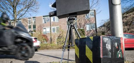 Boze bewoners plaatsen nepcamera tegen snelheidsduivels; mag niet, klikt niet, werkt wél