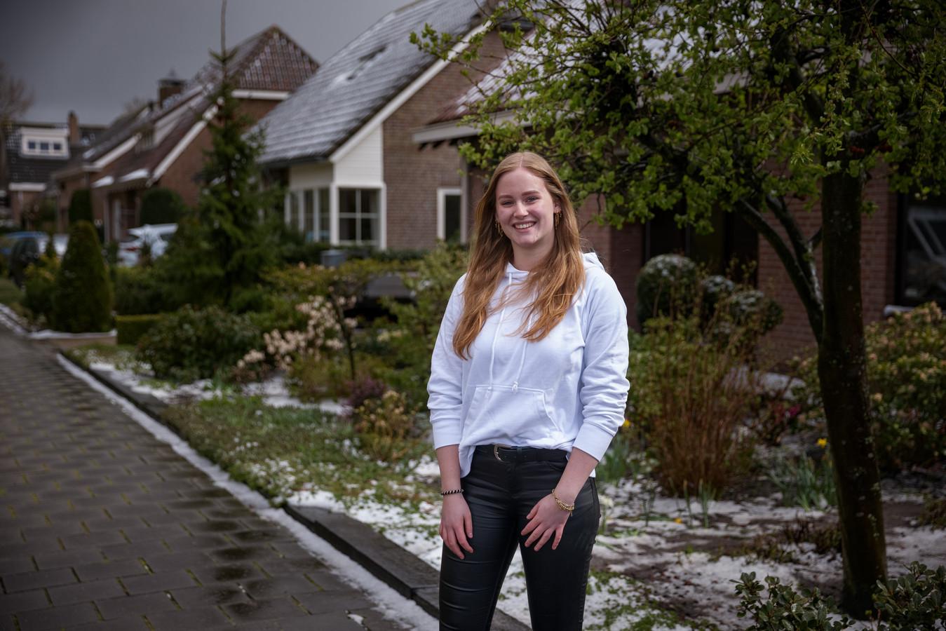 Zevenbergen - 6-4-2021 - Foto: Pix4Profs/Marcel Otterspeer - Jong in... Zevenbergen: Naomi Lockefeer (18). Zij is pas verhuisd binnen Zevenbergen en wilde daar graag op de foto.