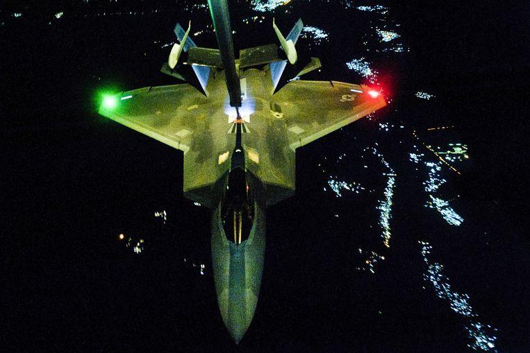 De F-22 Raptor maakte zijn debuut vorig jaar bij de aanval op Islamitische Staat in Irak en Syrië. Het toestel werd in de jaren tachtig bedacht, als opvolger van de F-15. Pas in 2005 werd het operationeel. Beeld US Air Force